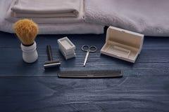 Raka hjälpmedel för män i skönhetsalong Royaltyfri Fotografi