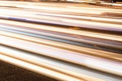 Raka linjer, många bilar, natt tänder Royaltyfri Foto