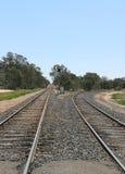Raka och roterande järnvägsspår Royaltyfri Foto