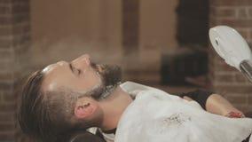 Raka process av skägg i frisersalong Ångarakning lager videofilmer