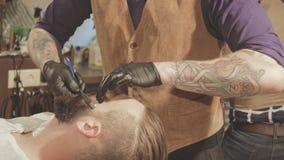 Raka process av skägg i frisersalong Förlagen gör en frisyrskäggklient med den raka rakkniven för tappning arkivfilmer