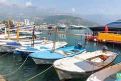 Raka rader av turist- fartyg i marina av Budva i Montenegro Arkivfoto