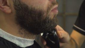Raka skägget av mannen i barberare shoppa kvinna för closeupframsidastående lager videofilmer