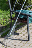Raker κήπων στον πάγκο Στοκ φωτογραφίες με δικαίωμα ελεύθερης χρήσης