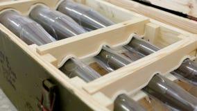 Raket-aangedreven granaten in een doos Gezoem uit stock videobeelden