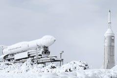 Raket en pendel in sneeuw bij een ruimtemuseum wordt behandeld dat Stock Afbeelding