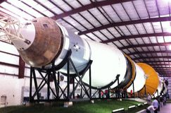 RAKET FÖR LAST-REMAINING SATURN V NU PÅ PERMANENT SKÄRM PÅ DEN JOHNSON UTRYMMEMITTEN, HOUSTON, TEXAS * 12/26/2015 Royaltyfria Foton