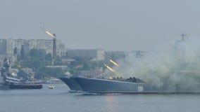 Raketaanval Russisch militair landingsvaartuig stock videobeelden
