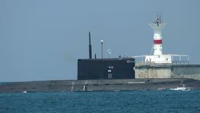 Raketonderzeeër naar een militaire basis is teruggekeerd die stock footage