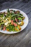 Raketsalade met fig.mozarella geroosterd brood Stock Afbeelding