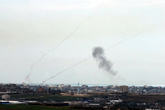 Raketten van Qassam staken voor Gazastrook in brand aan Israël Royalty-vrije Stock Foto's