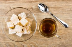 Rakhat-Lukum στο διαφανές πιατάκι, το φλυτζάνι του τσαγιού και το κουταλάκι του γλυκού Στοκ Εικόνες