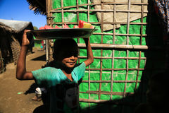 RAKHINE stan MYANMAR, LISTOPAD, - 05: Setki Muzułmański Rohingya cierpią surowego niedożywianie w zatłoczonych obozie Fotografia Stock