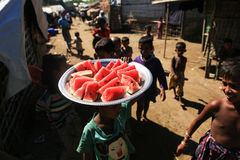 RAKHINE stan MYANMAR, LISTOPAD, - 05: Setki Muzułmański Rohingya cierpią surowego niedożywianie w zatłoczonych obozie w Myanm Obrazy Stock