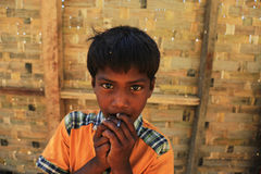 RAKHINE-TILLSTÅND, MYANMAR - NOVEMBER 05: Hundratals muslimska Rohingya lider sträng undernäring i överbefolkade läger i Myanm Arkivfoto