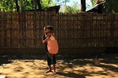 RAKHINE-TILLSTÅND, MYANMAR - NOVEMBER 05: Hundratals muslimska Rohingya lider sträng undernäring i överbefolkade läger i Myanm royaltyfri fotografi