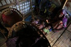 RAKHINE-TILLSTÅND, MYANMAR - NOVEMBER 05: Hundratals muslimska Rohingya lider sträng undernäring i överbefolkade läger i Myanm arkivbild