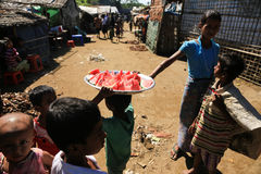 RAKHINE-TILLSTÅND, MYANMAR - NOVEMBER 05: Hundratals muslimska Rohingya lider sträng undernäring i överbefolkade läger i Myanm royaltyfria bilder