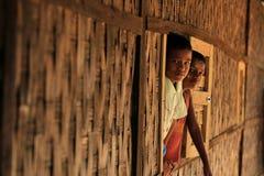 RAKHINE-ZUSTAND, MYANMAR - 5. NOVEMBER: Hunderte von den Moslems Rohingya erleiden schwere Unterernährung in überfüllten Lagern i Lizenzfreie Stockbilder