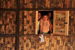 RAKHINE-ZUSTAND, MYANMAR - 5. NOVEMBER: Hunderte von den Moslems Rohingya erleiden schwere Unterernährung in überfüllten Lagern i Stockbild
