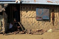 RAKHINE-ZUSTAND, MYANMAR - 5. NOVEMBER: Hunderte von den Moslems Rohingya erleiden schwere Unterernährung in überfüllten Lagern i Lizenzfreies Stockbild