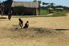 RAKHINE-ZUSTAND, MYANMAR - 5. NOVEMBER: Hunderte von den Moslems Rohingya erleiden schwere Unterernährung in überfüllten Lagern i Lizenzfreie Stockfotografie