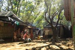 RAKHINE-ZUSTAND, MYANMAR - 5. NOVEMBER: Hunderte von den Moslems Rohingya erleiden schwere Unterernährung in überfüllten Lagern Lizenzfreie Stockfotos