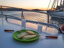 Raki och ostsolnedgångsikten från seglar Arkivbilder