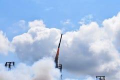 Rakieta niebo chmurnieje w Rakietowym festiwalu obraz stock