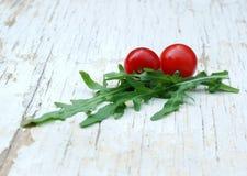 Rakietowa sałatka i czereśniowi pomidory Obrazy Stock