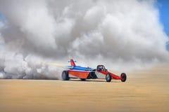 RAKIETOWY samochód wyścigowy, kierowca Z DŻETOWYM napędem I CIĘŻKI dym NA asfalcie zdjęcia royalty free