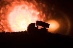 Rakietowy wodowanie z pożarniczymi chmurami Batalistyczna scena z rakietowymi pociskami z głowicą bojowa Celował przy Ponurym nie Zdjęcia Stock