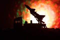 Rakietowy wodowanie z pożarniczymi chmurami Batalistyczna scena z rakietowymi pociskami z głowicą bojowa Celował przy Ponurym nie Zdjęcia Royalty Free