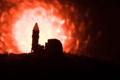 Rakietowy wodowanie z pożarniczymi chmurami Batalistyczna scena z rakietowymi pociskami z głowicą bojowa Celował przy Ponurym nie Obrazy Stock