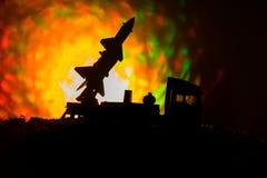 Rakietowy wodowanie z pożarniczymi chmurami Batalistyczna scena z rakietowymi pociskami z głowicą bojowa Celował przy Ponurym nie Fotografia Royalty Free
