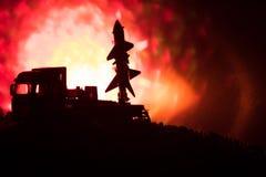 Rakietowy wodowanie z pożarniczymi chmurami Batalistyczna scena z rakietowymi pociskami z głowicą bojowa Celował przy Ponurym nie Obrazy Royalty Free