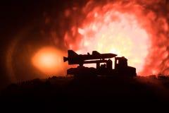 Rakietowy wodowanie z pożarniczymi chmurami Batalistyczna scena z rakietowymi pociskami z głowicą bojowa Celował przy Ponurym nie Fotografia Stock