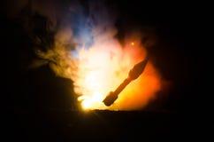 Rakietowy wodowanie z pożarniczymi chmurami Jądrowi pociski Z głowicą bojowa Celowali przy Ponurym niebem przy nocą Balistic raki Obraz Royalty Free