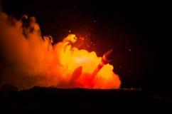 Rakietowy wodowanie z pożarniczymi chmurami Jądrowi pociski Z głowicą bojowa Celowali przy Ponurym niebem przy nocą Balistic raki Zdjęcia Royalty Free