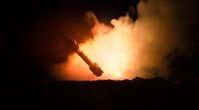 Rakietowy wodowanie z pożarniczymi chmurami Jądrowi pociski Z głowicą bojowa Celowali przy Ponurym niebem przy nocą Balistic raki Zdjęcia Stock