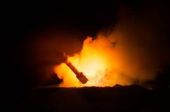 Rakietowy wodowanie z pożarniczymi chmurami Jądrowi pociski Z głowicą bojowa Celowali przy Ponurym niebem przy nocą Balistic raki Fotografia Stock