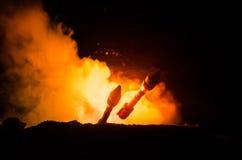 Rakietowy wodowanie z pożarniczymi chmurami Jądrowi pociski Z głowicą bojowa Celowali przy Ponurym niebem przy nocą Balistic raki Zdjęcie Stock