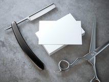 Rakkniv och sax med bunten av tomma affärskort royaltyfria foton