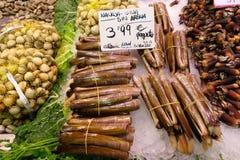 Rakknivmusslor i en marknad Fotografering för Bildbyråer