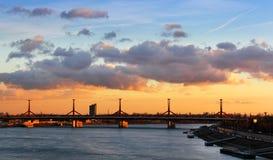 Rakoczi bro i Budapest på skymning Arkivfoto