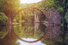 Rakotz桥梁(Rakotzbrucke)亦称恶魔的桥梁在Kro 免版税图库摄影