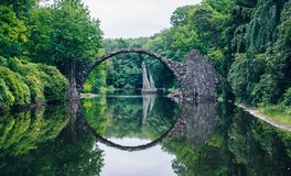 Rakotz桥梁(Rakotzbrucke)亦称恶魔的桥梁在Kro 库存图片