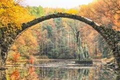 Rakotz桥梁Rakotzbrucke,恶魔` s桥梁在Kromlau,萨克森, 免版税图库摄影