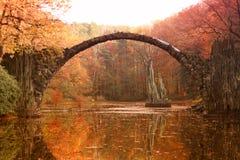 Rakotz桥梁Rakotzbrucke,恶魔` s桥梁在Kromlau 改良 库存照片