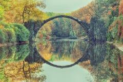 Rakotz桥梁Rakotzbrucke,恶魔` s桥梁在Kromlau 改良 免版税库存照片